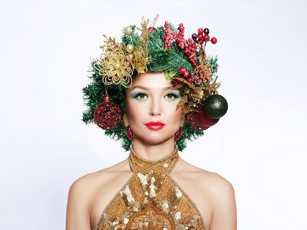 Schöne weihnachtsbaum festliche frisur und make-up.