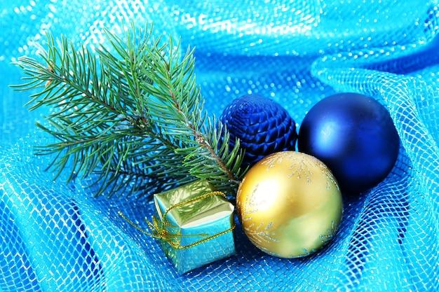Schöne weihnachtsdekoration auf blauem tuch