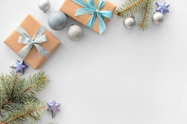 Schöne weihnachtsdekoration mit geschenkboxen auf weißem tischhintergrund