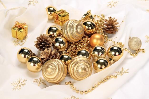 Schöne weihnachtsdekoration mit ornamenten und tannenzapfen