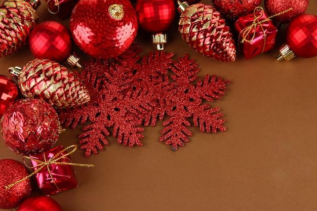 Schöne weihnachtsdekorationen auf braunem hintergrund