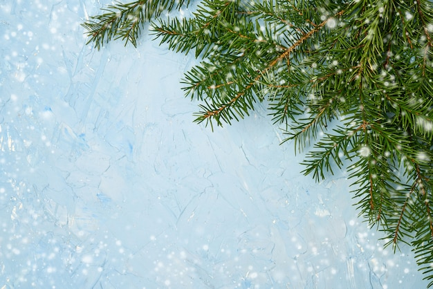 Schöne weihnachtsdekorationen auf einem blauen hintergrund