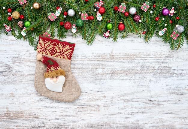 Schöne weihnachtsdekorationen auf einem hölzernen hintergrund