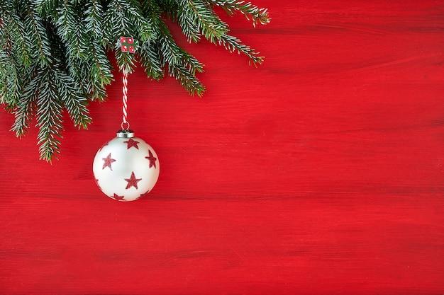 Schöne weihnachtsdekorationen auf einem roten hintergrund