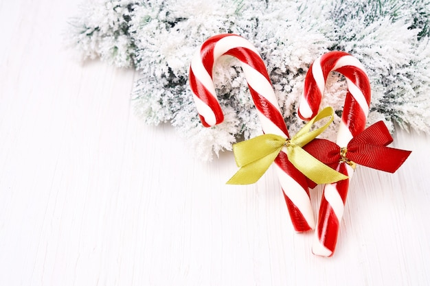 Schöne weihnachtsdekorationen auf einem weißen hintergrund