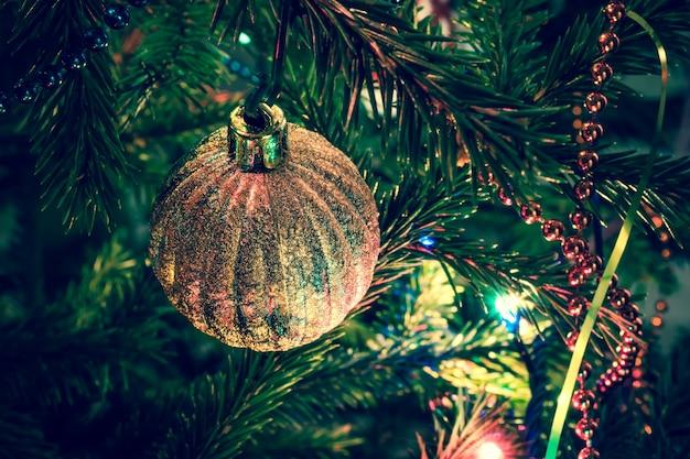 Schöne weihnachtsdekorationen auf weihnachtsbaum