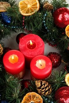 Schöne weihnachtsdekorationen lokalisiert auf weiß