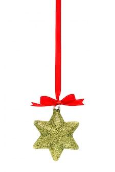 Schöne weihnachtsdekorationen mit glänzenden roten schleife auf weißem