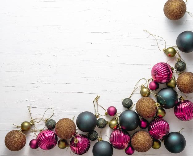Schöne weihnachtsecke mit grauen, lila und bronzenen kugeln