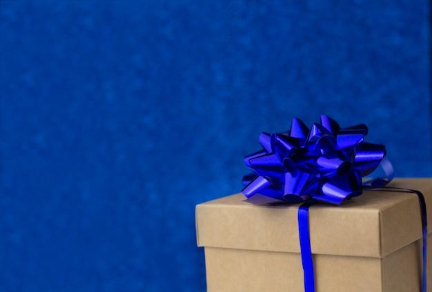 Schöne weihnachtsgeschenkbox mit einer blauen schleife für valentinstag-feiertagsdekorationen