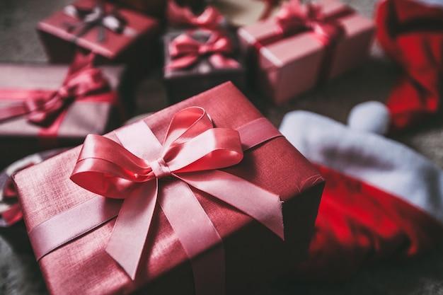 Schöne weihnachtsgeschenke auf dem boden