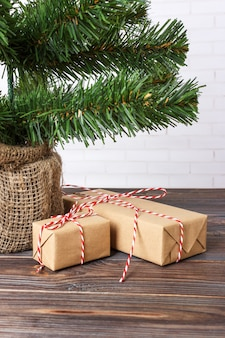 Schöne weihnachtsgeschenke unter baum, neujahrsgeschenk verziert