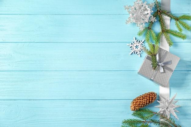 Schöne weihnachtskomposition auf farbigem holzhintergrund