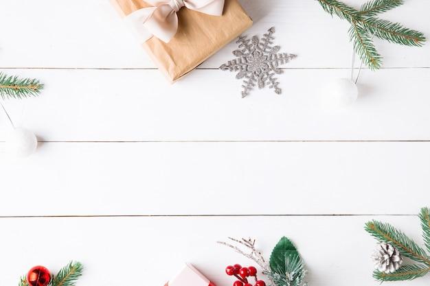 Schöne weihnachtskomposition auf hölzernem weißem hintergrund