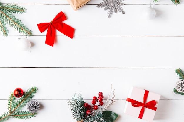 Schöne weihnachtskomposition auf weißem hölzernem hintergrund mit weihnachtsgeschenkboxen. neujahr.