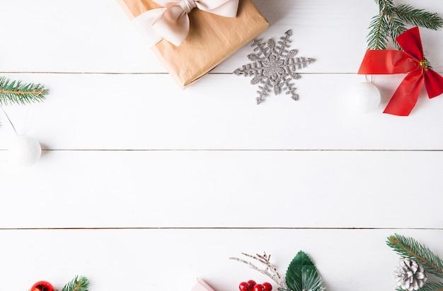 Schöne weihnachtskomposition auf weißem holzhintergrund