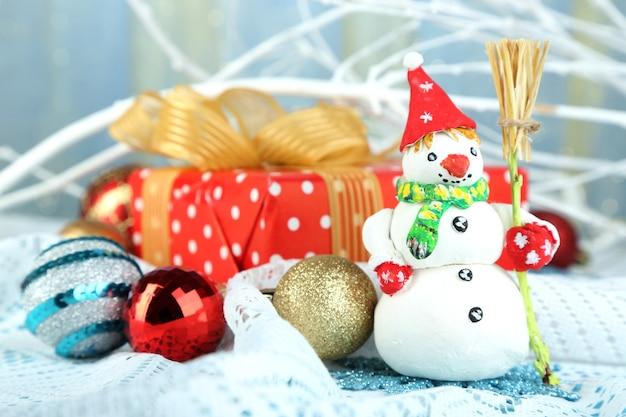 Schöne weihnachtskomposition mit geschenk- und weihnachtsspielzeugnahaufnahme