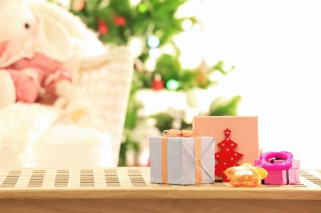 Schöne weihnachtskomposition mit geschenkboxen und kinderspielzeug gegen unscharfe oberfläche