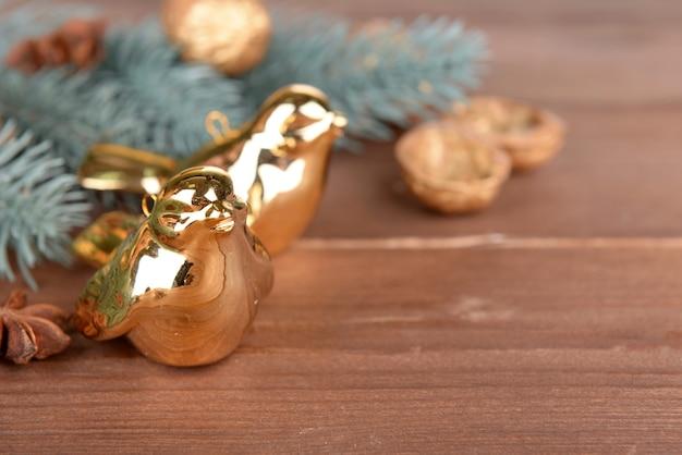 Schöne weihnachtskomposition mit goldenen vögeln, auf holztisch