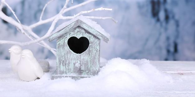 Schöne weihnachtskomposition mit kleinem vogelhaus
