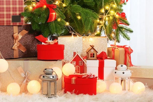 Schöne weihnachtskomposition mit tannenbaum und geschenkboxen