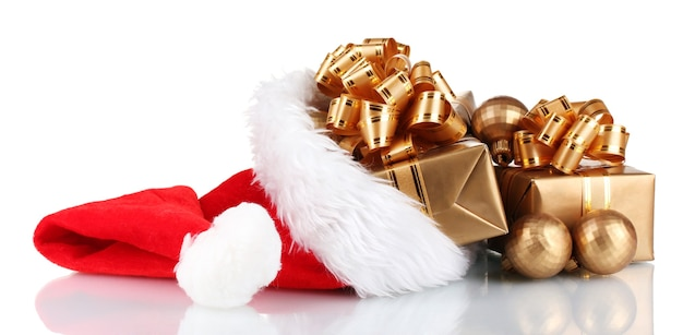 Schöne weihnachtsmütze mit geschenken und weihnachtskugeln isoliert auf weiß