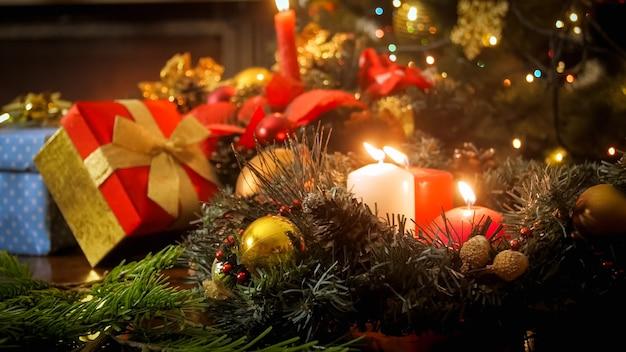 Schöne weihnachtsschmuck auf dem tisch. perfekter hintergrund für den winterurlaub