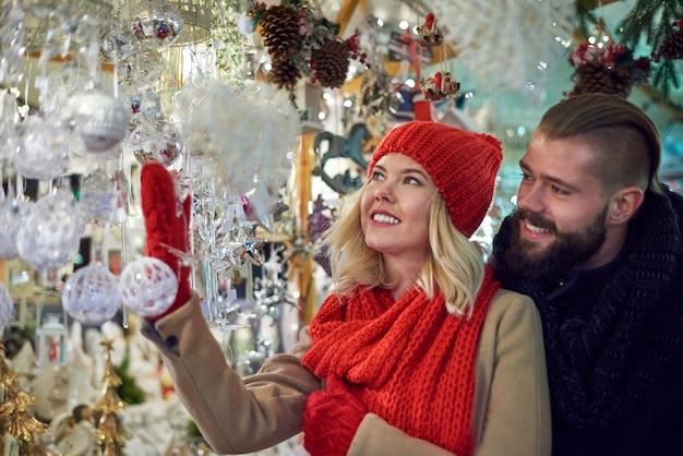 Schöne weihnachtsschmuck auf dem weihnachtsmarkt