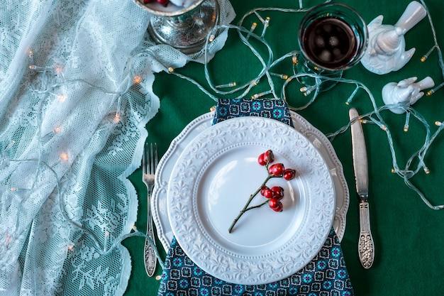 Schöne weihnachtstabelle mit dekorationen