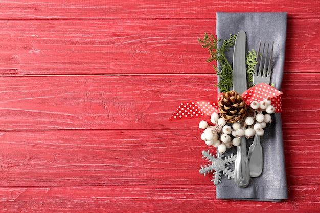 Schöne weihnachtstischdekoration auf rotem tisch