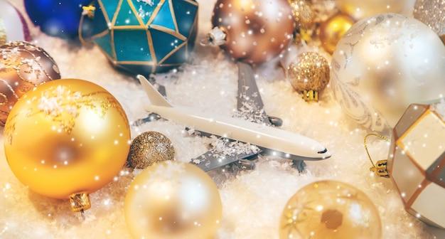 Schöne weihnachtsverzierungen mit schnee und flugzeug