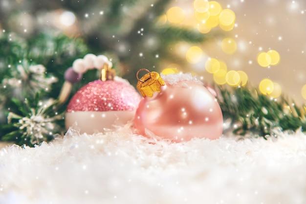 Schöne weihnachtsverzierungen mit schnee
