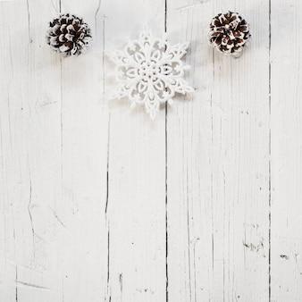 Schöne weihnachtsverzierungen mit weißem hölzernem hintergrund und kopienraum