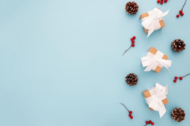 Schöne weihnachtszusammensetzung auf einem blauen hintergrund