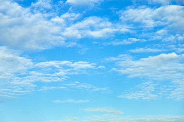 Schöne weiße flaumige wolken im blauen himmel