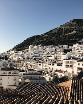 Schöne weiße häuser und dächer einer kleinen küstenstadt in spanien