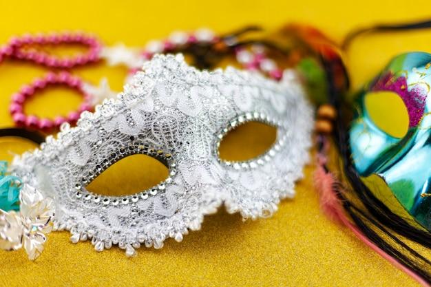 Schöne weiße karnevals- oder karnevalsmaske auf schönem buntem papierhintergrund
