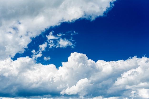 Schöne weiße kumulonimbuswolken