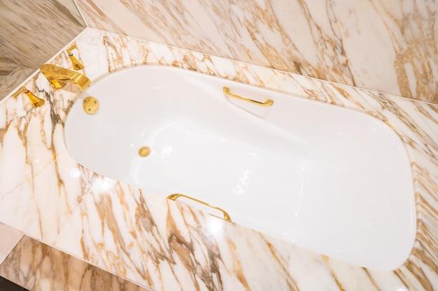 Schöne weiße luxusbadewanne und -hahn