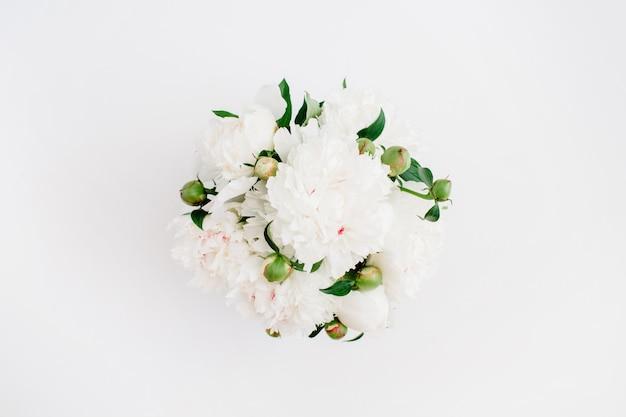 Schöne weiße pfingstrosen blüht blumenstrauß auf weißem hintergrund. flache lage, ansicht von oben