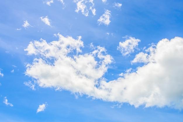 Schöne weiße wolke auf naturhintergrund des blauen himmels