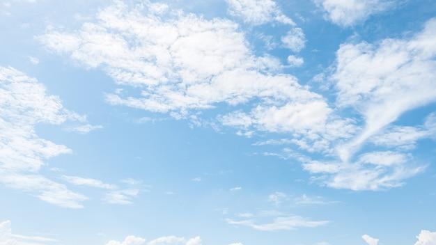 Schöne weiße wolke