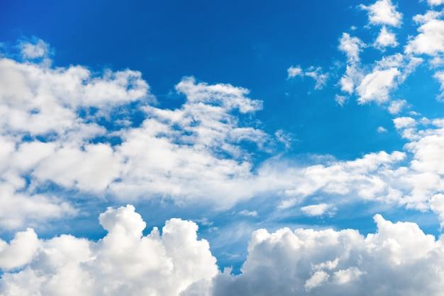 Schöne weiße wolken am blauen himmel als naturhintergrund