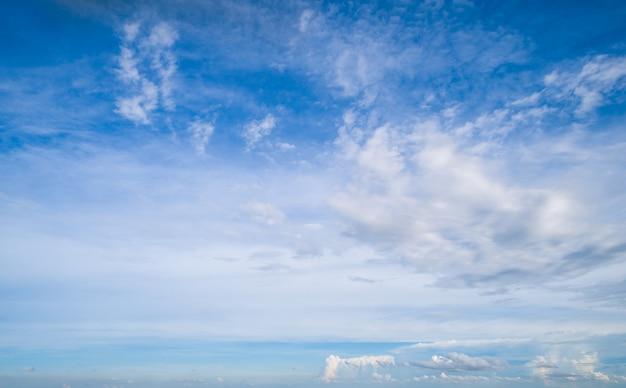 Schöne weiße wolken am blauen himmel