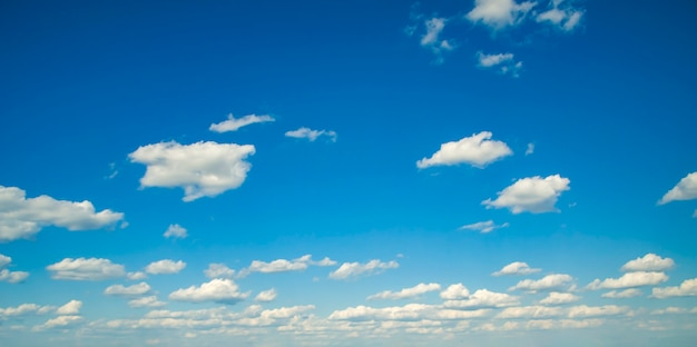 Schöne weiße wolken am sonnigen tag des blauen himmels
