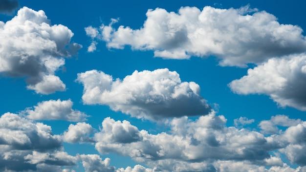 Schöne weiße wolken, die auf blauem himmel für hintergrundkonzept schweben