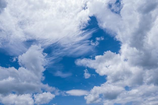 Schöne weiße wolken gegen den blauen himmel.