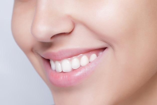 Schöne weiße zähne lächeln