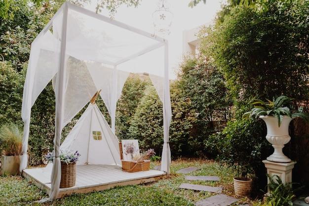 Schöne weiße zelt- und lagerdekoration im heimischen garten