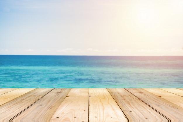 Schöne weite seelandschaft mit blauem himmel bei tageslicht. sand des strandes glattes meer.